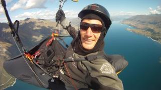 Nick Neynens paragliding